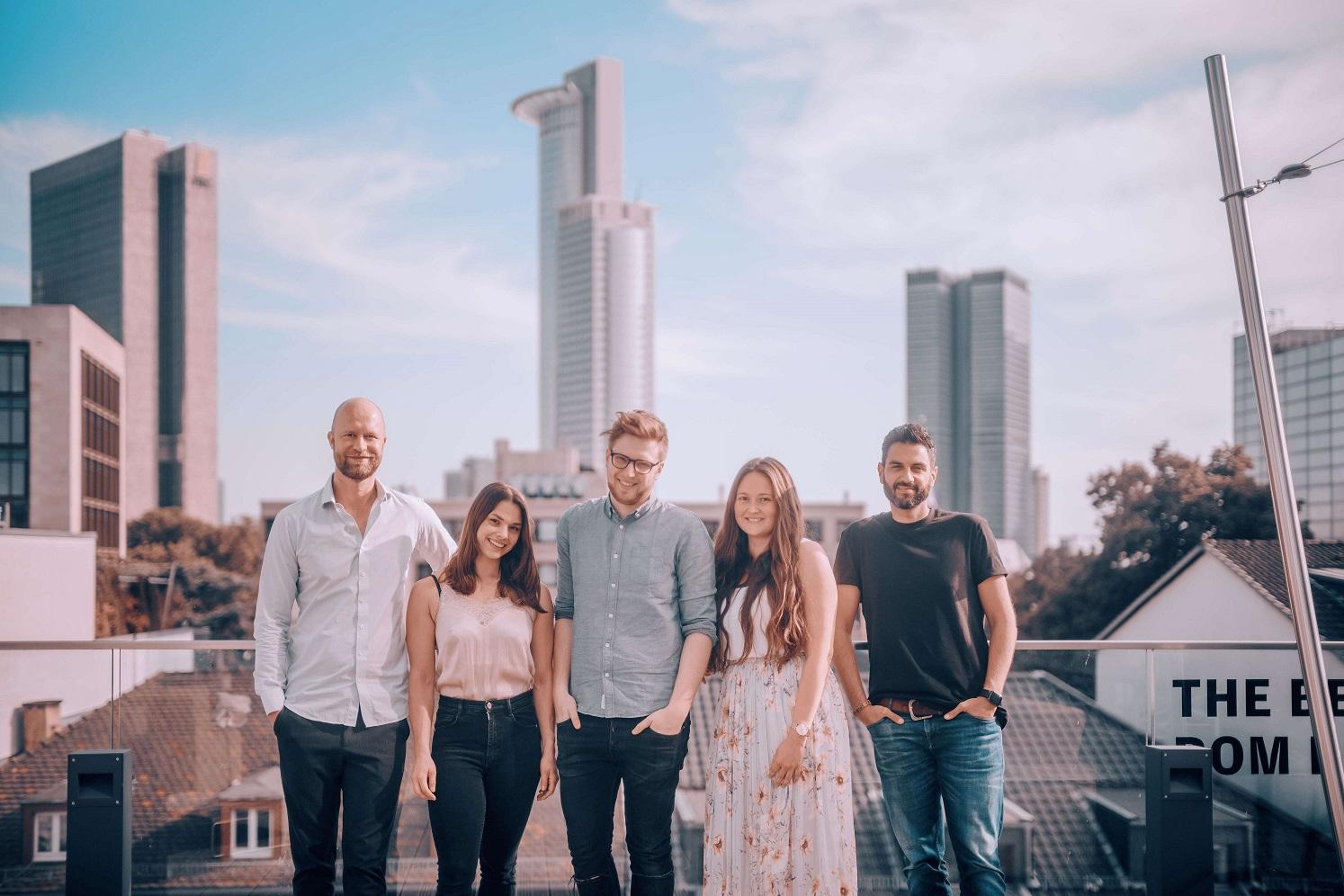 Social DNA Teamfoto auf der Dachterasse